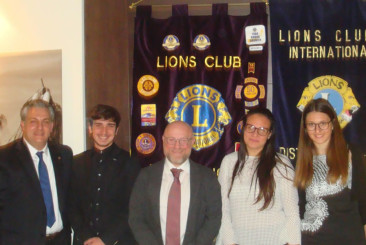 Da sinistra: Presidente Lions Club Livorno Host Duccio Cecchetti - Simone Parigi - Sindaco di Livorno Filippo Nogarin - Giorgia Pietrini - Valentina Orsini